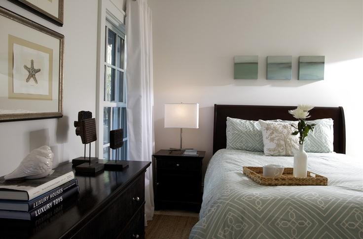 Moderne slaapkamer met donkere meubels.