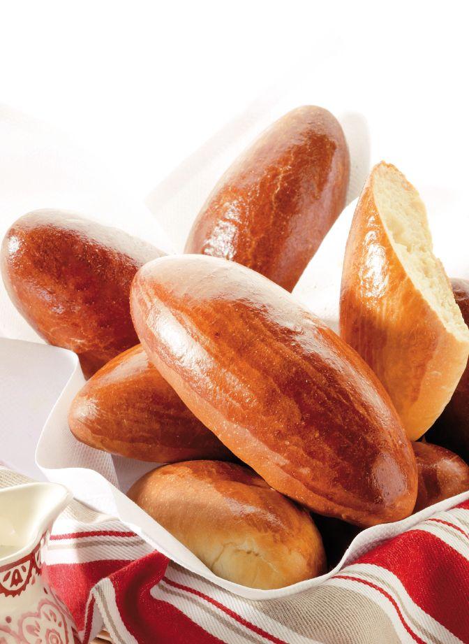 Bereiden:Maak een kuiltje in de bloem en giet de melk erin. Doe er de gist en 2 eierdooiers bij. Roer de melk eerst los met de eieren en gist en meng er daarna beetje bij beetje de bloem onder. Kneed de suiker, het zout en de boter eronder. Kneed net zolang tot je een mooi glad en soepel deeg hebt. Rol tot een bolletje, dek af met plasticfolie en een propere keukenhanddoek en laat 35 minuten rusten. Sla de lucht uit het deeg en verdeel in bolletjes van 50 g. Leg de bolletjes met de onderkant…