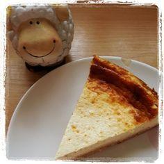 Ich wurde mal wieder von meiner lieben LClerin gefragt, ob ich nicht mal Omas leckeren Käsekuchen nachbauen könnte. Ohne Puddingpulver, Zucker und den ganzen unnützen Kram. Gefragt, getan. Und was soll ich sagen: Er riecht himmlisch, schmeckt noch besser und ist ab sofort auch mein Lieblingskuchen! Related posts: Brownies LowCarb-Donauwelle Low Carb Zupfkuchen Papageienkuchen Polnischer … … Weiterlesen →