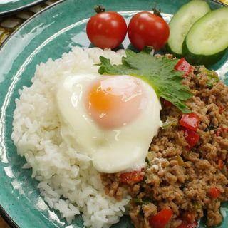 タイ料理の人気メニュー「ガパオライス」をレンジで作っ...