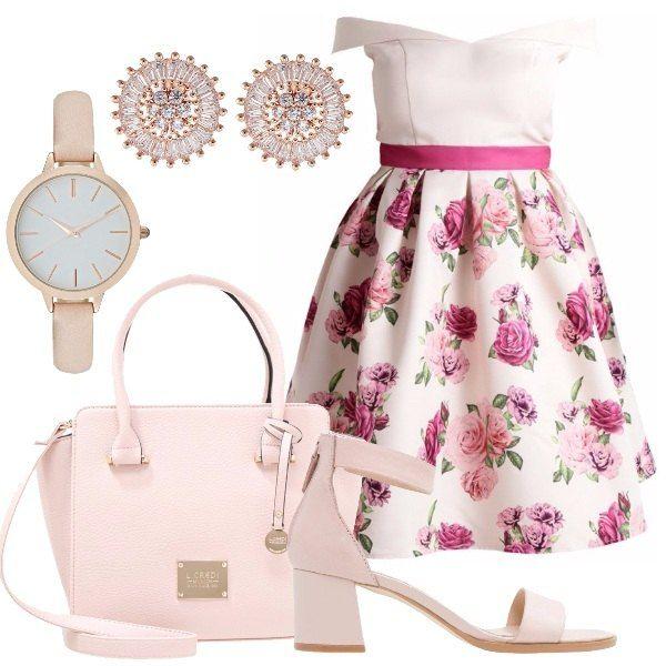 Abito rosa con motivo floreale sulla gonna a ruota, lunghezza al ginocchio, scollo smanicato a barchetta, borsa a mano in similpelle rosa, sandalo rosa in pelle e similpelle con tacco largo di altezza media, orologio rosa, orecchini placcati oro rosa con brillantini.