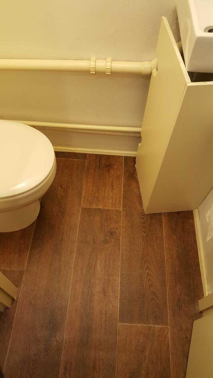 Dark wood effect vinyl in a bathroom