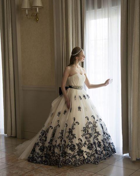 クリスマスイブの今日は@grandjour からヨーロッパの雰囲気を感じさせてくれる素敵なドレスをお届け ひときわ目を引く繊細な刺繍は上品な花嫁姿を演出してくれます  ご試着予約ご相談は.  @beautybride_weddingdress 0120-511-530   BeautyBrideを通じて#グランジュール のドレスを予約するととってもお得にレンタルができる特典がついてきます   #プレ花嫁会 #ドレス迷子 #花嫁会 #日本中のプレ花嫁さんと繋がりたい #カラードレス #お色直し #ドレス試着 #ドレスレポ #カラードレス迷子 #ちーむ0415 #ちーむ0429 #ちーむ0408 #ちーむ0422 #ちー0423 #ちーむ0521 #ちーむ0513 #ちーむ0503 #ちーむ0527 #ちーむ0506 #ちーむ0528 #ちーむ0618 #ちーむ0610 #ちーむ0603 #ちーむ0624 #ちーむ0604 #ちーむ0730 #ちーむ0717 #2017夏婚 #2017秋婚