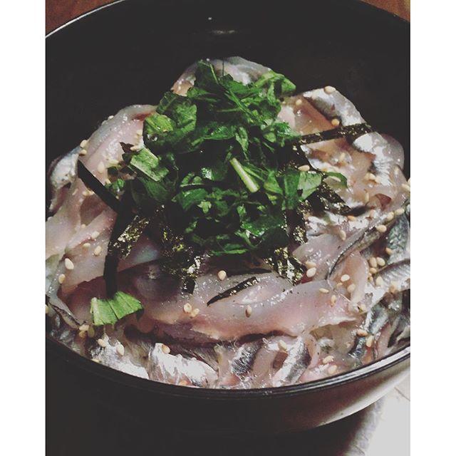 kihohiraoka小鰯のお刺身のっけ丼! ごはんが見えなくなるくらい鰯をのっけて〜、刻み海苔〜、ごま〜、大葉をのっけて〜、ワサビ醤油をかけて〜♡うまっ!!ウマウマ!最高〜 そしてそして最後はお茶漬け♡うんまぁ〜♡ #小鰯#小鰯の刺身#おうちランチ#おうちごはん #sardines #sardine #japanesefood #sashimi