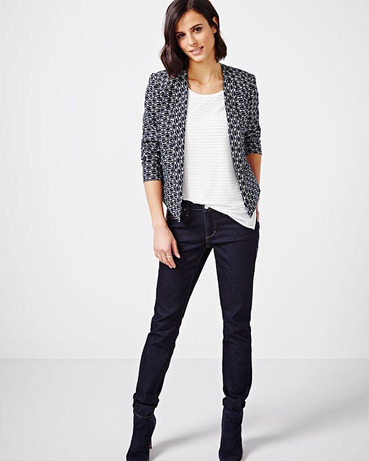 Actualisez votre garde-robe avec ce nouveau haut. Agencez-le avec une jupe droite le lundi et un jean ajusté le samedi.<br /><br />- Rayures dégradées<br />- Manches courtes<br />- Encolure échancrée<br />- Mélange de matières