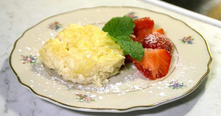 Söt paj fylld med ananas och crème fraiche, toppas med jordgubbar och Limoncello.