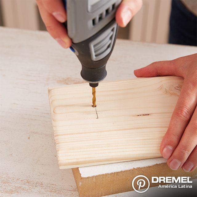 Paso 4: Utilizando una herramienta rotativa Dremel con el kit de brocas 631, haga perforaciones en la madera para fijar las perchas/ganchos.