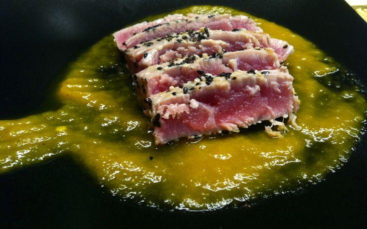 Tagliata di tonno su letto di pesto di peperoni