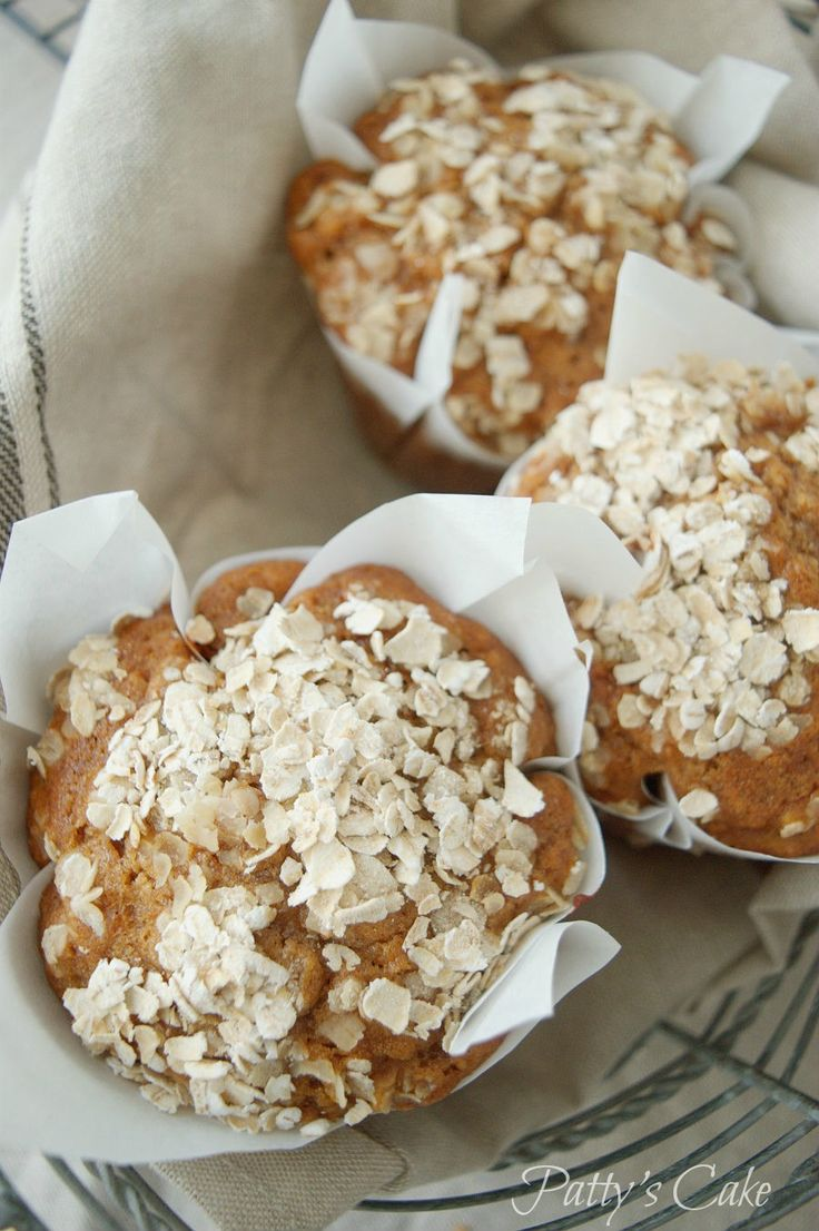 Honey, apple, oatmeal, muffins by Patty's Cake. The easiest muffins I know. Healthy and delicious. In less than 45 minutes you have breakfast ready. How-to recipe (Spanish-English)  Muffins de miel, manzana y avena, tan fáciles como rápidos. Paso a paso en el blog.