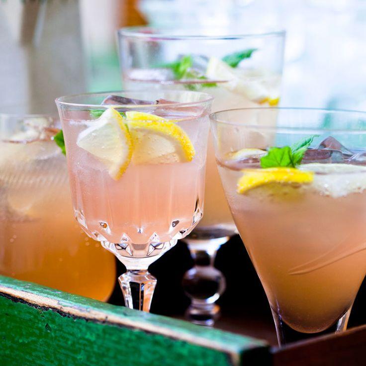 Rabarberlemonad som kan du förbereda någon dag i förväg och förvara i kylskåp för att sedan bara hälla upp den i en bålskål med ginger ale, is, citronskivor och mynta strax före festen.