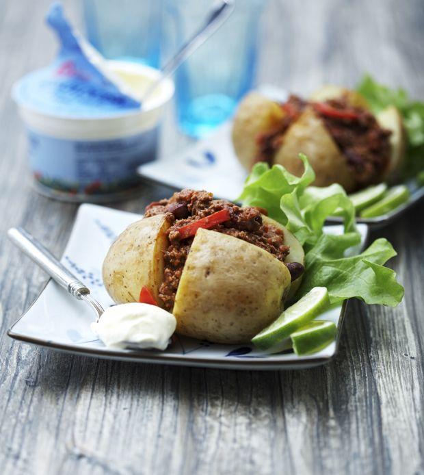 Brug en rest chili con carne som fyld i bagte kartofler - eller lav det friskt til anledningen!
