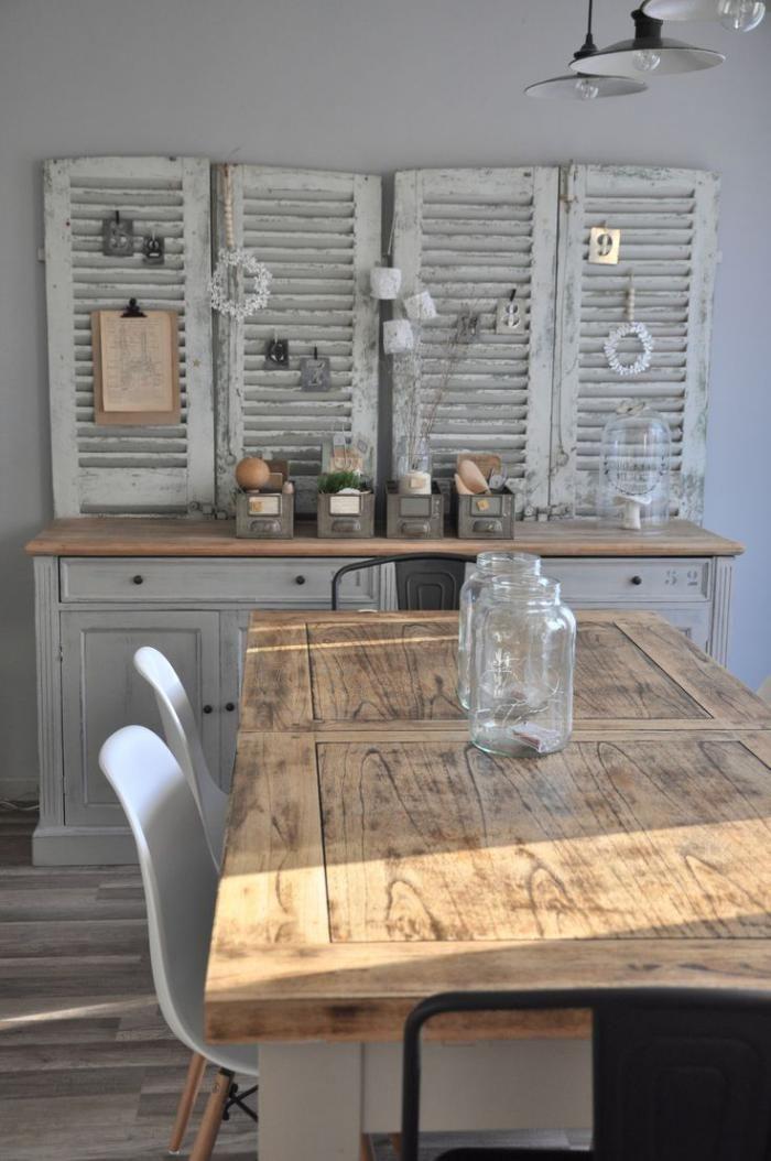 table rustique, déco avec portes persiennes et grande table rectangulaire
