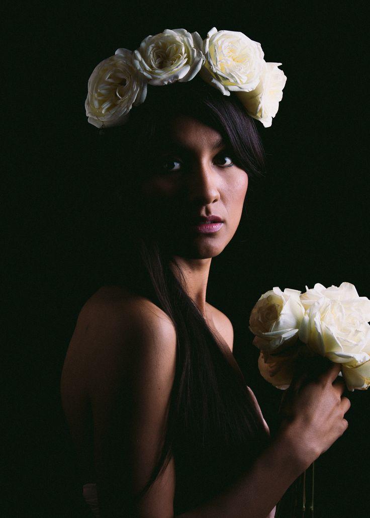 Flower crown made with White roses   Corona de flores hecha con rosas blancas. Made by: La Ocasión Perfecta
