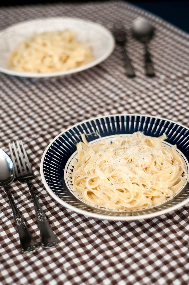 Não poderia existir receita melhor do que de Molho Alfredo. Um molho para macarrão com muito queijo que é ótima para um jantar diferente e fácil!