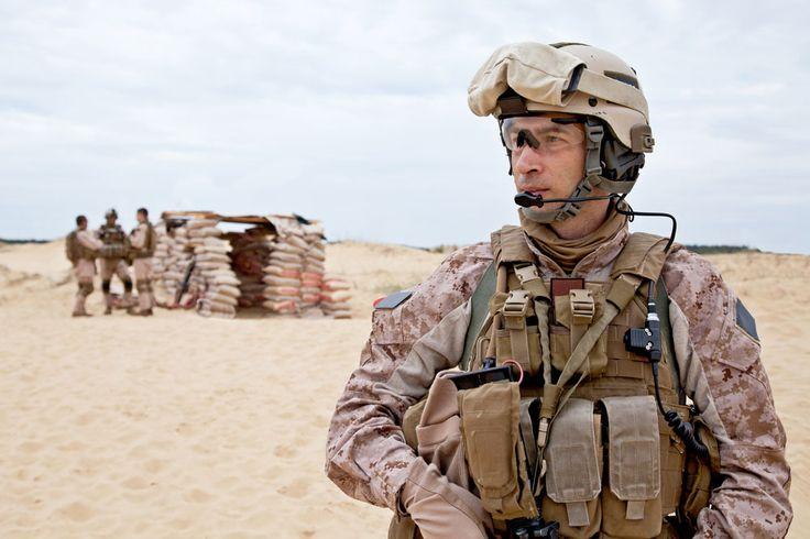 En France, les forces armées se divisent en 4 composantes : l'armée de terre, l'armée de l'air, la marine nationale et la gendarmerie. Le rôle du militaire est de : <ul> <li>Maintenir la paix dans le pays et le défendre contre les agressions extérieures. Comment devenir Militaire ? Quelle formation ? Pour quel salaire ?