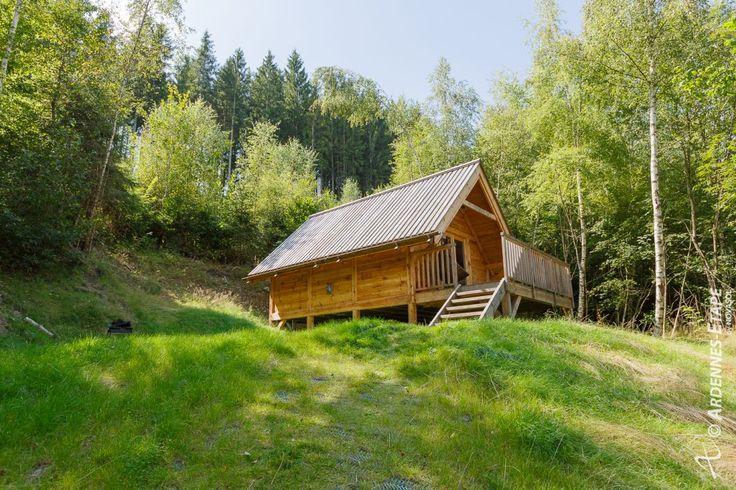Kies voor een ongewoon verblijf in de Ardennen waarbij je je één voelt met de natuur. Dezecharmante 3-sterren chalet voor 2 personen met eenzeeroriginele slaapplaatswachtop jouin het hart van het bos.