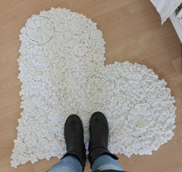 Dobrý nápad na koberček Spojené krásne pletené kvety a vytvorený originálny koberček