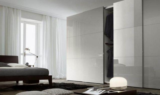 idées-porte-coulissante-optimiser-espace-maison-garde-robe-couleur-blanche