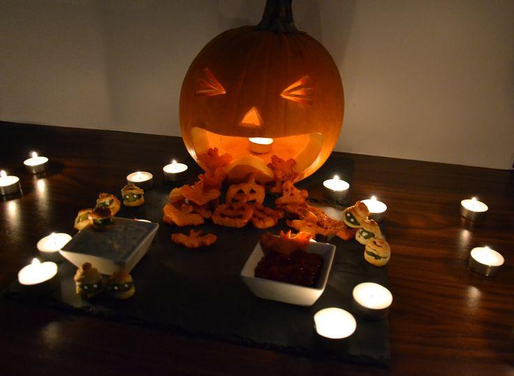 HALLOWEEN-BUFFET: Für die Rosenkohl-Mumien den Rosenkohl in Wasser kochen. Blätterteig in dünne Streifen schneiden und um die Röschen wickeln. Im Ofen ca. 15 Min bei 220°C backen. Die Augen aus einem Kresse-Dip auftupfen. Für die Gespenster und Fledermäuse den Butternutkürbis schälen, in Scheiben schneiden, mit Halloween-Förmchen die Motive ausstechen und dann wie unsere Butternut-Pommes zubereiten: http://behr-ag.com/…/rezep…/recipe/butternut-kuerbis-po.html.