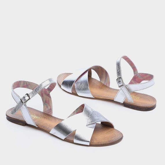 Ik kan u verzekeren dat u dit paar zult zilver Pataya lederen sandalen... dit paar is niet alleen levendige & uniek maar het is ook uiterst comfortabel - u zult niet willen deze lichtgewicht lederen platte sandalen verwijderen uit uw voeten.  Al mijn objecten hebben individueel zijn handgemaakt met liefde - voor de liefde van schoenen ♥  SPECIFICATIES  100% echt leder Bovenste zolen: Leer Onderkant Soles: Ultralichte rubberen Beschikbare kleuren: /Gold zilver / zwart Hak de groo...