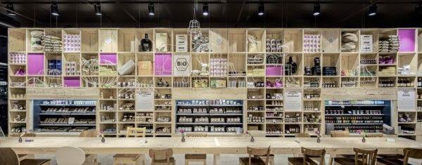 ilia estudio interiorismo: Restaurante Bio y tienda Gourmet con su interior revestido en madera, Hamburgo