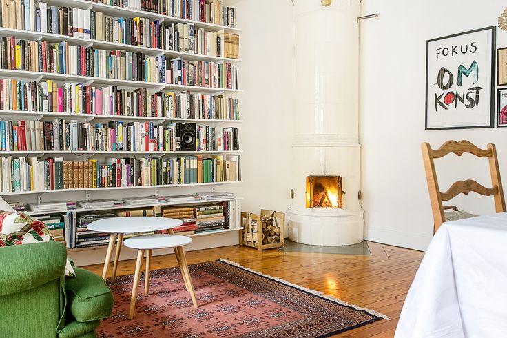Kakelugn bokhylla vardagsrum hemnet