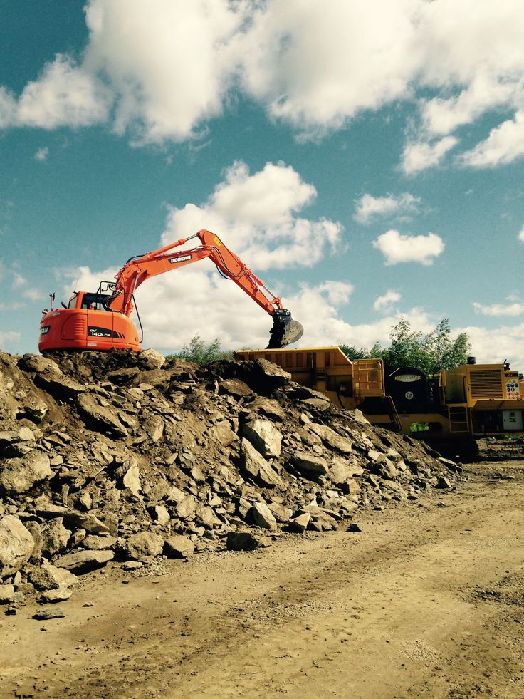 Doosan 140 feeding Keestrack Ulisse on a site job for Macura construction