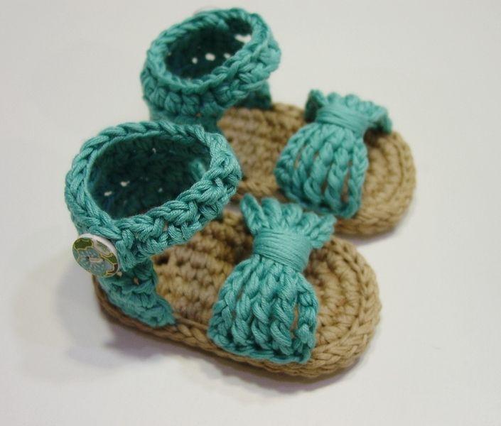Estas sandalias, tipo alpargata o espardeña, están tejidas a ganchillo o crochet.  Las he elaborado por completo yo misma, tanto el tejido como los botones.  He utilizado 100% algodón, tanto...