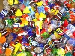 Come riciclare le carte delle caramelle per creare ciondoli colorati per tutti i…