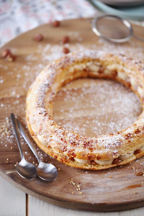 Quand le Paris-Brestrencontre le cheesecake, ça donne cette recette. On a la forme du Paris-Brest mais la crème d'un cheesecake. Et vous allez voir, la re