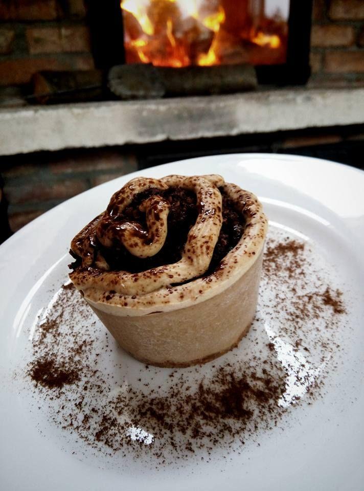Caramelliccino cu crumble crocant de ciocolata! ~~ Caramelliccino with crunchy chocolate crumble. Bistro Ma Cocotte. Brasov.#vegan #raw #healthy #rawfood #veganism #foodpic