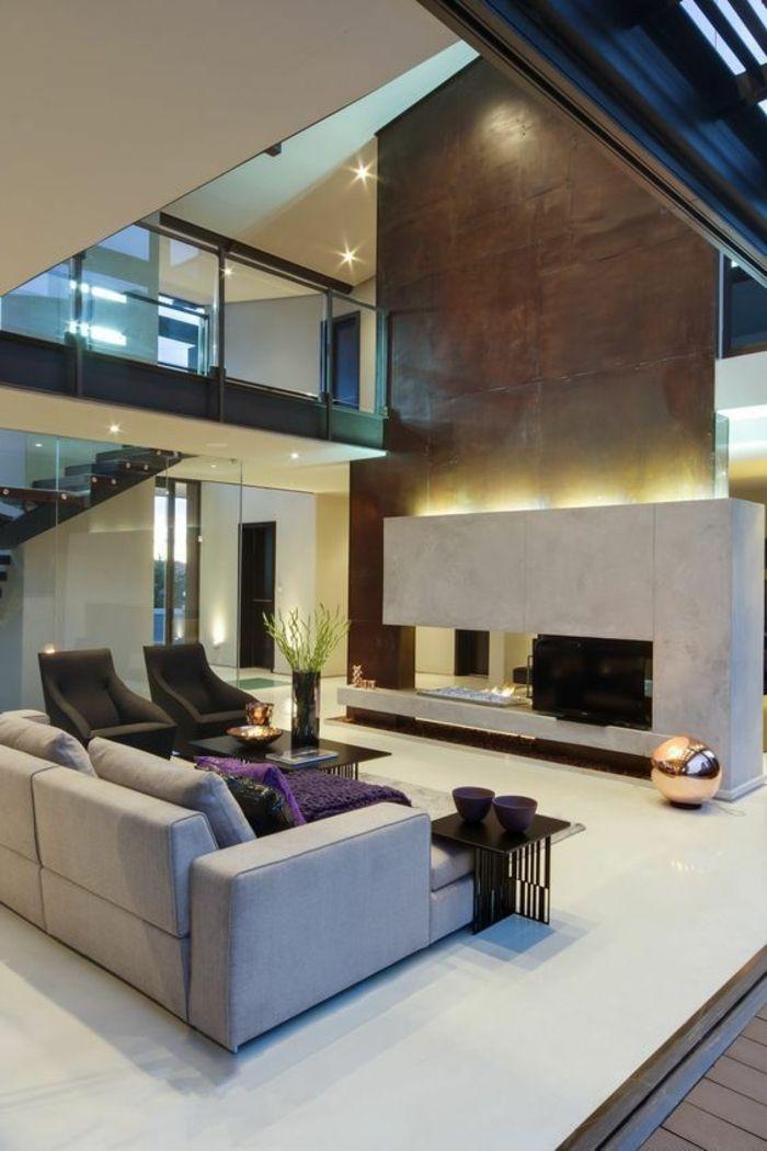 Maison Moderne De Luxe, Espace Très Grand, Grande Cheminée En Pierre  Blanche Avec Un