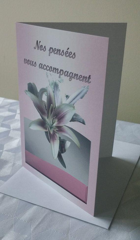 """Carte de voeux """"Nos pensées vous accompagnent"""" - Hémérocalle rose - Format : 5"""" x 7"""" (12,70 x 17,78 cm) - Carton satiné avec enveloppe blanche - Par Conception Idécréa"""