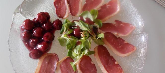Gerookte Eendenborst Met Verrukkelijke Kruidige Kersensaus recept   Smulweb.nl
