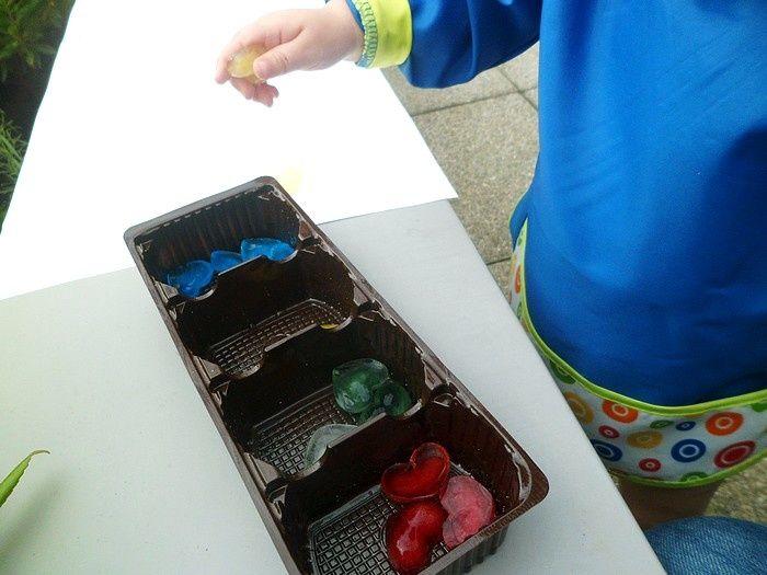 Un peu de fraicheur sous cette chaleur, ça te dit? Il y a quelques semaines déjà, nous avons fait une activité peinture avec des glaçons colorés . Il m'a suffit d'un peu d'eau et quelques gouttes de colorant alimentaire pour réaliser de jolis glaçons...