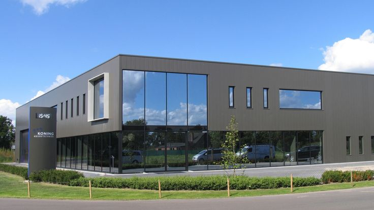 modern bedrijfsgebouw voor Koning Koudetechniek waarbij in een gevelspel van open en dicht een markante hoekoplossing ontstaat