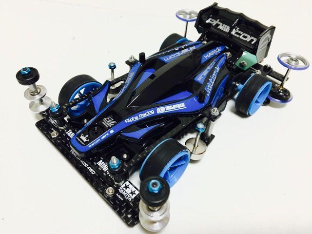 ARとFMARの2台体制だとレース時にトラブルで1台潰れた時の為にと、この正転を組みました。 正転マゼンタと違う点はフロント提灯かフロントヒクオかの違いぐらいです。 シャーシは黒ですが、エアロアバンテバイオレットSPに付いてくる01型のPC+ABSの強化を採用。 強化シャーシは硬いので抜き方を変えていますがそれでも硬い... 白強化は00-2型で、黒強化は01型で強化シャーシってのがポイントです。(きっと速いハズ) ※00型-2型はペラシャ受けの溝が最初から広く、初期構造上の問題で、トルクが逃げやすいので私は使いません...。よく聞くのですが、AR組んだけど遅え!って人は金型をチェックしてみて下さい。逆転で使う際は気にしなくてok。 ボディもエアロアバンテバイオレットSPのポリカを使って青×黒のカラーリングにしました。 他2台が蛍光色なので、ちょっと地味に感じます(笑)青は青でもライトブルー系で塗れば良かったかなーと少し後悔してます(T ^ T)
