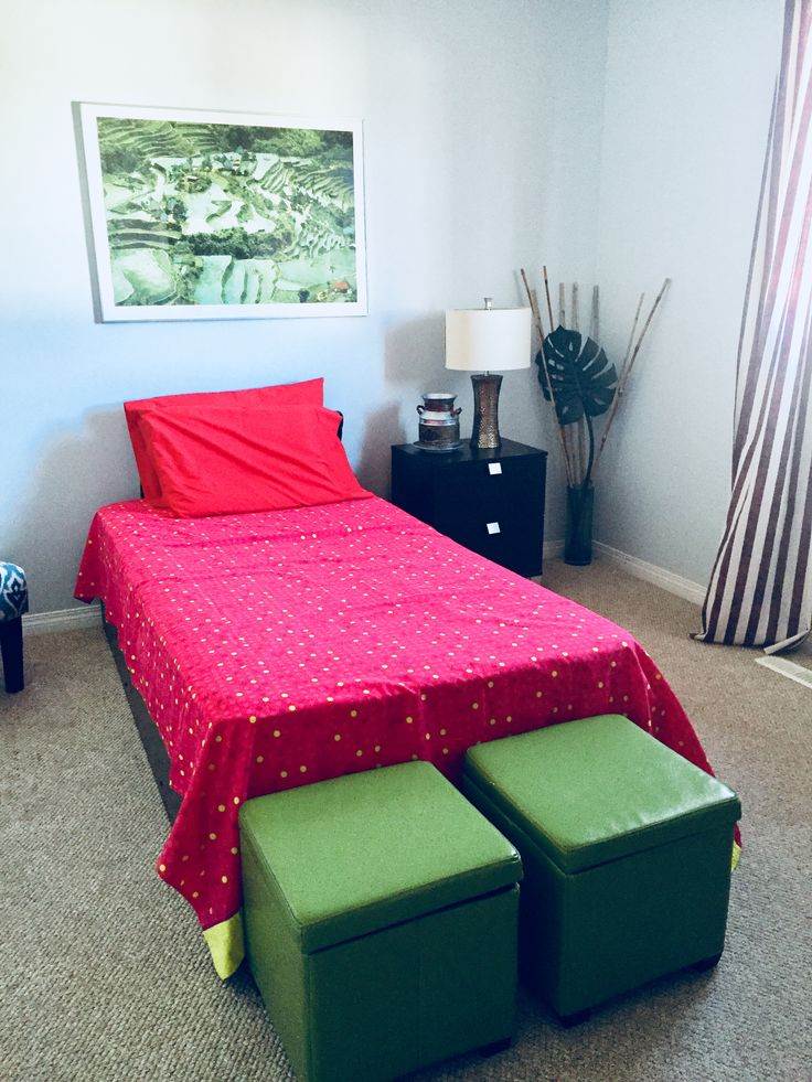 Red & green look in a guest room