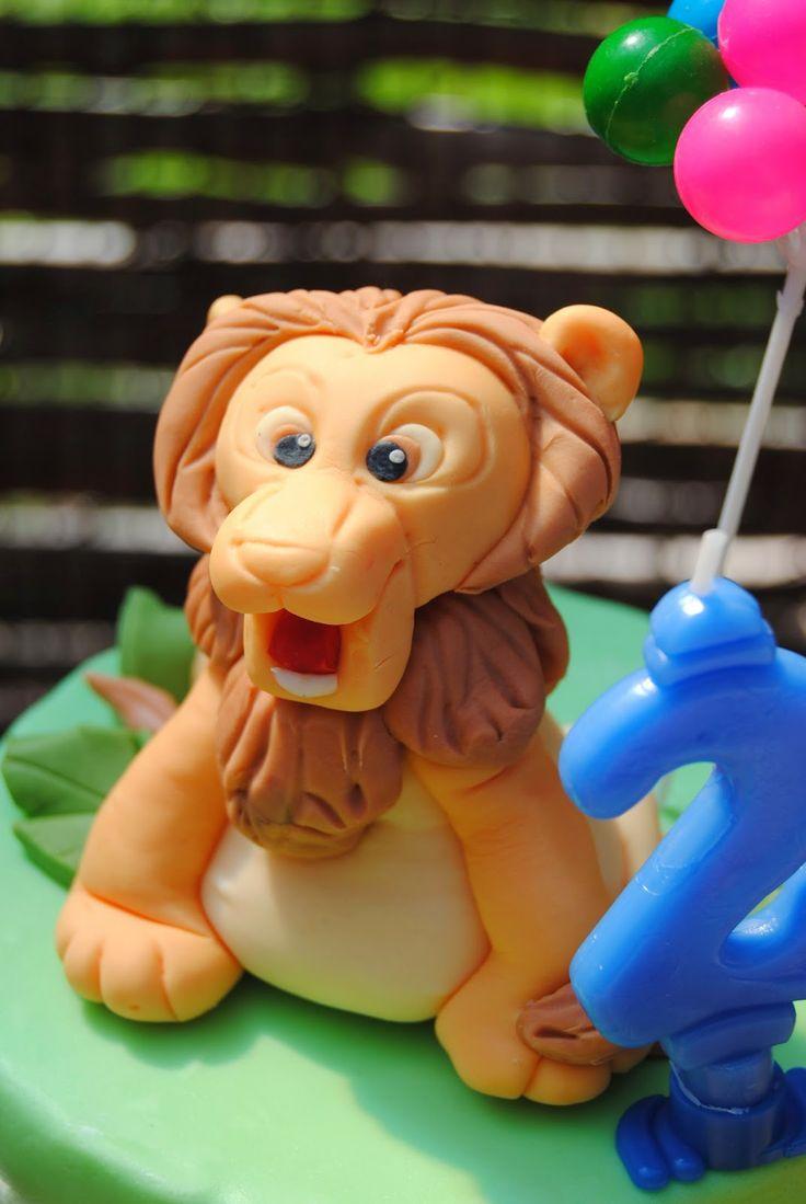 """Torta """"zoo"""". Leoncino Cake Topper in pdz. http://3gufettisulcomo.blogspot.it/2014/03/compleanno-allo-zoo.html"""