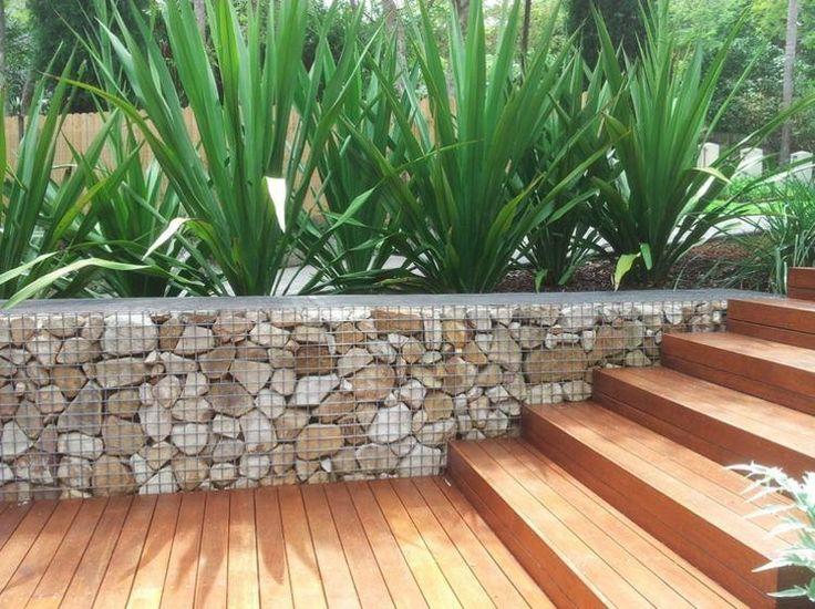muret en gabion rempli de pierres qui contraste avec l'escalier en bois