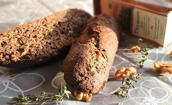 Leckeres Rezept für ein herzhaftes Low Carb Baguette. Mit Thymian gewürzt und Walnüssen verfeinert, schmeckt es besonders gut zu herzhaften Aufstrichen.