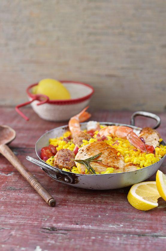 Schummel-Paella mit Reis, Knoblauch, Hähnchen, Wurst und Garnelen