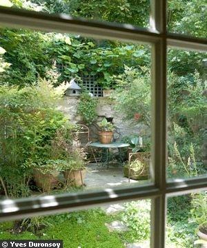 Quoi de plus charmant que ce jardin à l'anglaise pour renforcer l'ambiance provinciale de cette maison, pourtant située en plein coeur de Paris ?