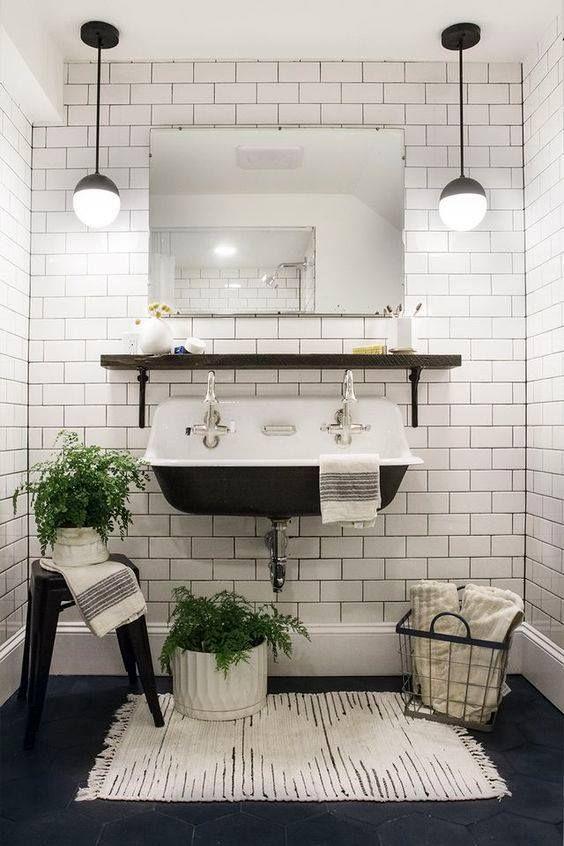 Salle de bain rétro vintage avec les carreaux métro et les accessoires qui apportent un côté bohème chic