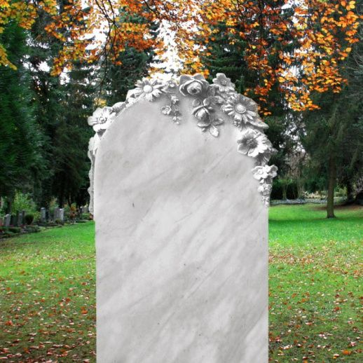 Schöner Grabstein »Corvina« romantisch mit Blumen • Qualität & Service direkt vom Bildhauer • Jetzt Grabstein online kaufen bei ▷ Serafinum.de