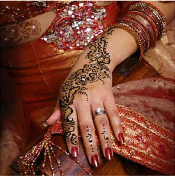 Beautiful Mehndi that still highlights the ring.Henna Art, Mehndi Design, Wedding Henna, Henna Design, Mehandi Design, Bridal Henna, Indian Wedding, Henna Tattoo, Henna Hands