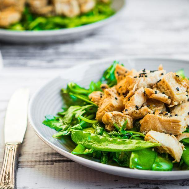 Salade de dinde grillée aux graines et aux pois gourmands