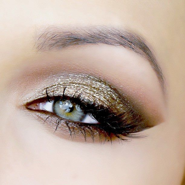 Earth tones and sparkle on green eyes: bold enough to stand out, subtle enough to be the natural. To bring out the best in your green eyes, visit Beauty.com.
