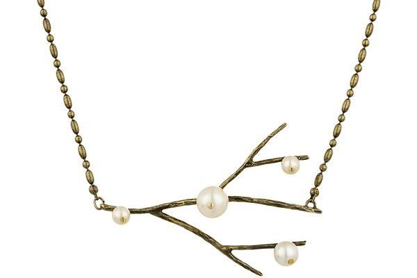 Vous accrocherez une magnifique branche de gui à votre cou avec ce collier Stefano Poletti et ses radieuses perles de verre nacrées! Allez-vous succomber?