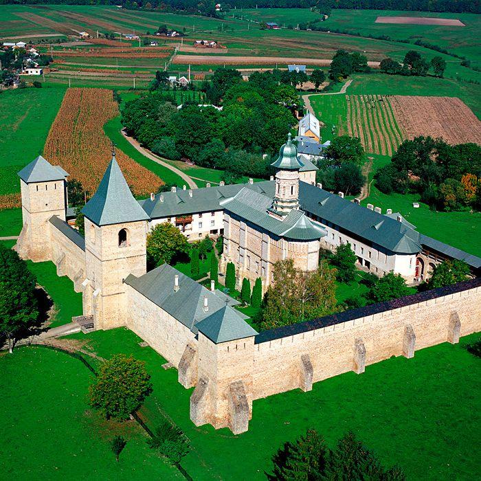 Mănăstirea Dragomirna  Mănăstirea Dragomirna este un complex mănăstiresc fortificat din România, construit în perioada 1602-1609 în satul Mitocu Dragomirnei din comuna omonimă (aflată în prezent în județul Suceava) de către mitropolitul Anastasie Crimca al Moldovei.